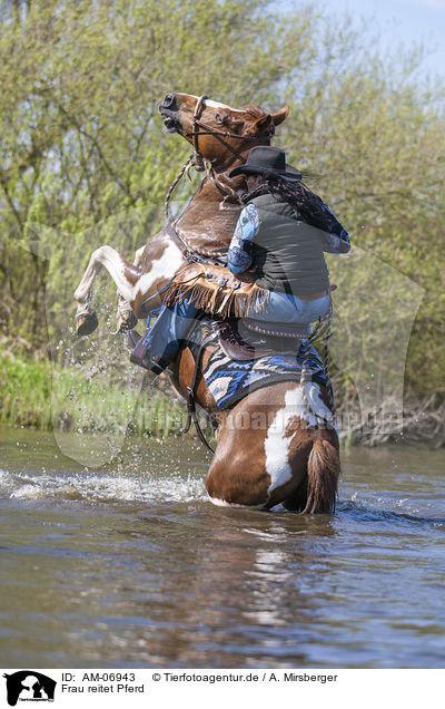 Frau reitet Pferd - AM-06943 - Warmblut - Pferde